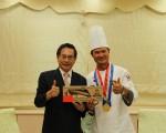 嘉义市长涂醒哲(左)28日召见辜耀义,表达敬意并祝贺其为嘉争光。涂醒哲表示,素食有益身体健康,对地球环保更有好处。(李撷璎/大纪元)