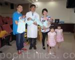 高医再创纪录,2次试管孕3卵5宝。辛苦妈咪28日全家动员。由左至右:爸爸王先生、陈鸿昇医师、妈妈陈小姐。(李怡欣/大纪元)