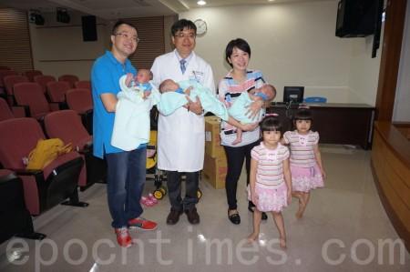 高醫再創紀錄,2次試管孕3卵5寶。辛苦媽咪28日全家動員。由左至右:爸爸王先生、陳鴻昇醫師、媽媽陳小姐。(李怡欣/大紀元)