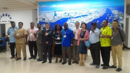 索羅門群島總理蘇嘉瓦瑞伉儷一行人27日拜訪高雄加工出口區。 (李昀昀/大紀元)