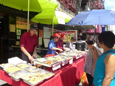 華埠漫游節,商家將餐桌擺上街,奉上美食。