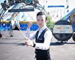 太阳马戏团波士顿《好奇世界(Cirque du Soleil Kurios)》公演中唯一的华裔演员段智敏展溜溜球绝活。(贝拉/大纪元)