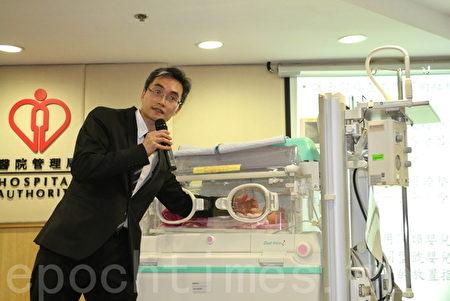 廣華醫院行政總監屈銘伸醫生示範,如工作窗已經關上,即使成年人也很難從溫箱內推開工作窗。(梁珍/大紀元)