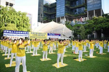 新加坡部分法轮功学员2016年7月11日下午在芳林公园集会,举行纪念720法轮功反迫害17周年的活动。图为法轮功学员在展示功法。(Tony/大纪元)