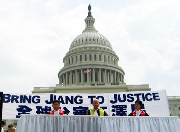 2003年7.20,来自世界各地的部分法轮功学员在国会大厦前举行大型反迫害集会。图为模拟法庭审判江泽民。(李莎/大纪元)
