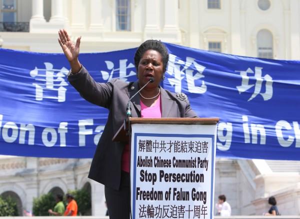 2009年7.20,德州國會眾議員傑克遜在法輪功反迫害集會上發言。(李莎/大紀元)