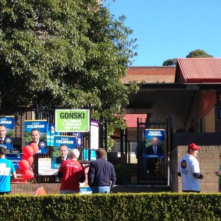 2016澳洲大选日,志愿者们在投票站Penshurst Public School的门口发传单(天睿/大纪元)