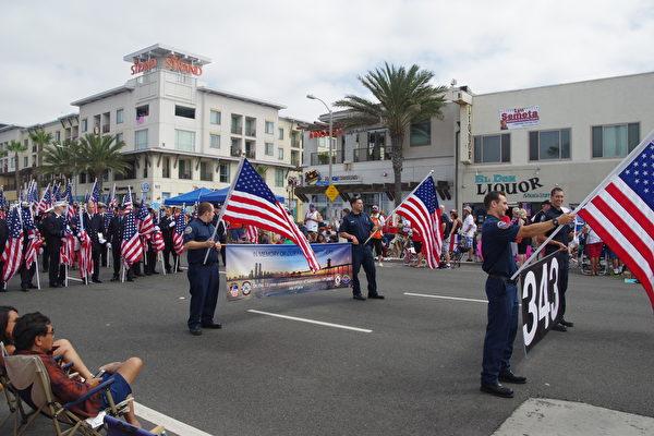 343名消防队员组成的方阵,纪念911恐袭中殉职的消防队员。(刘菲/大纪元)