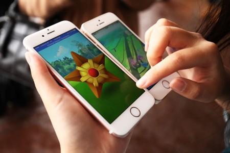 因为Pokémon Go风靡全球,很多人都热衷于扩增实境,甚至连走路时都在玩游戏。(Brendon Thorne/Getty Images)
