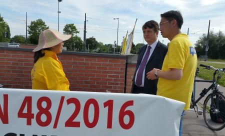 2016年7月6日,来自丹麦的法轮功学员鲍学珍,在给Batten议员讲自己险些被活摘器官的遭遇。(黎平/大纪元)
