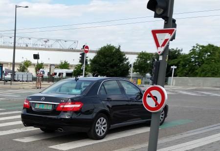 2016年7月6日,在斯特拉斯堡欧洲议会大楼前,法轮功学员见一辆黑色轿车很可疑,发现后车牌是使领馆的牌照。(黎平/大纪元)