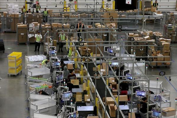 亚马逊第二届年度会员减价日(Prime Day)促销来临,消费者最好先了解有关该网站大陆假货充斥的四件事。图为亚马逊位于加州的物流中心。(Justin Sullivan/Getty Images)