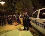 7月7日晚間在達拉斯抗議活動中,五名警察遭到二名狙擊手埋伏式槍殺,這是美國自2001年9月11日以來最大的襲警案。(LAURA BUCKMAN/AFP/Getty Images)