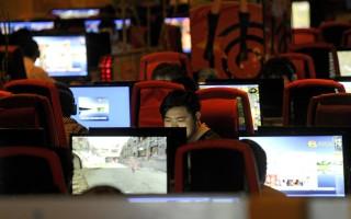 北京一名人气博主因为一则讽刺文章,微信账号遭无预警关闭,事业由云端跌落谷底。图为大陆网民。(LIU JIN/AFP/Getty Images)