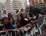 为期四天的共和党全国代表大会已于18日下午登场,反对川普的阵营,在会场内外,做最后奋力一博。图为在场外的抗议人群。(Justin Sullivan/Getty Images)