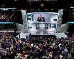 """共和党全国代表大会第一天在喧闹中结束,今天(19日)迈入第二天议程,主题是""""让美国再上轨道""""(Make America Work Again)。图为18日会议会场情形。(ROBYN BECK/AFP/Getty Images)"""