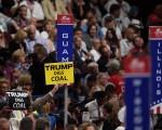 """今天(20日)美国共和党全国代表大会进入第三天议程,主题是""""让美国再成第一""""(Make America First Again)。图为19日全代会一景。(Jeff Swensen/Getty Images)"""