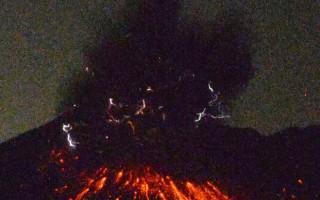 日本鹿儿岛市樱岛火山的昭和火山口今天凌晨0时2分左 右发生爆炸式喷发,喷烟距火山口高达5000米。 (共同社提供)