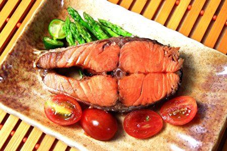 多汁鮮嫩的鮮烤鮭魚。(大漢酵素生物科技提供)