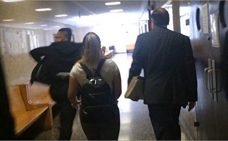 林丹尼(左)29日在庭审结束后,飞快离开法庭,躲避记者。 (蔡溶/大纪元)