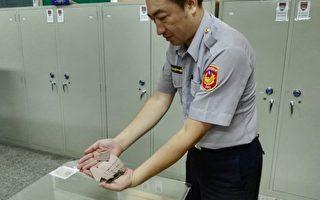 肇事逃逸车辆掉落的玻璃碎片。(新竹县警察局提供)