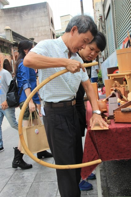 陳啟文的木藝展 ,他用極少見的弓鋸去鋸木片。(謝月琴/大紀元)