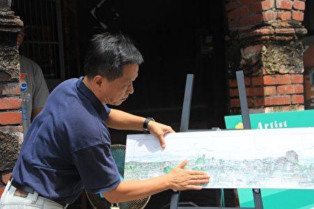 馬丁老師完成《頭城地景長卷》局部 的最後一塊拼圖。(謝月琴/大紀元)