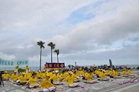 花莲法轮功学员于10日举办7.20活动,在七星潭海滩集体炼功,场面平静祥和。(詹亦菱/大纪元)