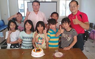 台湾首位民运牧师燕鹏(后中)获得身份证,大溪区仁义里长黄祯与教会安亲班小朋友一起祝贺。(仁义里长黄祯/提供)