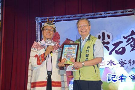 尖石乡长云天宝(左)感谢邮局帮忙促销水蜜桃。(新竹县政府提供)