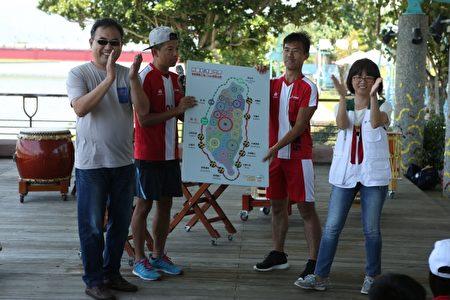童玩节发言人张曜显(左)与宜兰家扶主任谢晓雯(右)在用双脚转动世界的台湾地图上贴上标记。(曾汉东/大纪元)