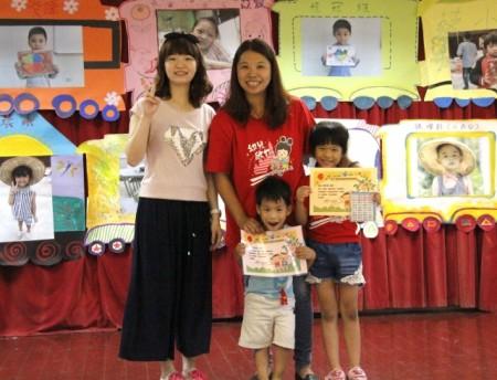 家长与孩子开心领到毕业证书。(徐乃义 /大纪元)