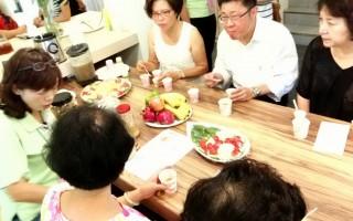 台中市社會局長呂建德試用養生飲,為學堂的老年保健專業做見證。(台中市政府社會局提供)