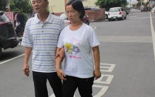 杨雅淳9年前发生严重车祸,被医师宣告可能一辈子成为植物人,她的父亲杨火炉不离不弃,陪她复健,获公所模范父亲表扬。(郭益昌/大纪元)