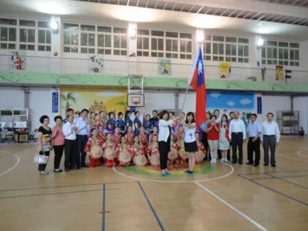 楓香舞蹈團受邀前往瑞士參加歐克多魯雷國際民俗藝術節,議長宋瑋莉(中左)於行前授旗。(陳秀媛/大紀元)