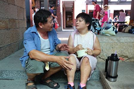 林青志對女兒筱禎從嬰兒以來無微不至照顧生活起居已二十幾年 。(傳藝中心提供)