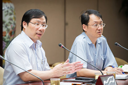 經濟部能源局局長林全能(左)27日表示,會持續與台電工會溝通。(陳柏州/大紀元)
