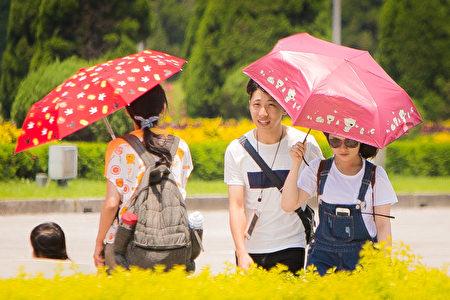 太平洋高壓持續影響台灣,台北市27日中午氣溫飆高至38.5度,是7月歷史次高。(陳柏州/大紀元)