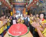 市府客委会以 120斤的超大新丁粄,为沙鹿区保安宫的三山国王二王爷祝寿。(台中市客委会提供)