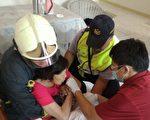 警察及时赶到,破门救出妇人。(新竹县警察局提供)