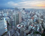 北市房价高,为了预算砍坪数,但房间数不足,不少建商游走法规灰色地带,推出挑高、复层式小宅。(AFP)