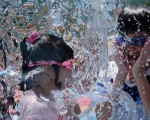 台北气象观测站连续4天测到超过38度的高温,打破该站设站119年来最多纪录。图为小朋友玩水消暑。(AFP)
