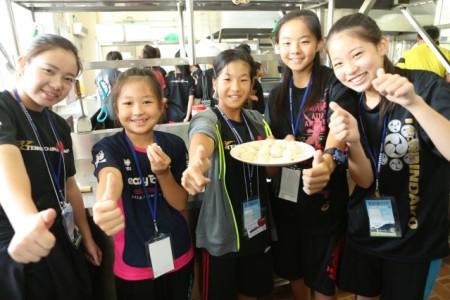 日本「轉輪太鼓」團員體驗製作小籠湯包。(曾漢東/大紀元)