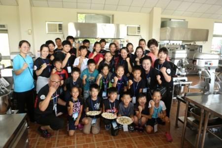日本「轉輪太鼓」團員完成體驗製作小籠湯包後大合照。(曾漢東/大紀元)