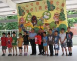 善心人士曾先生與吳先生頒發助學金給家扶學童。(賴瑞/大紀元)