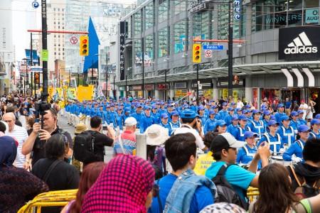 多伦多千人大游行——天国乐团方阵。(艾文/大纪元)