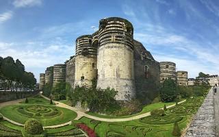 昂热城堡(Château d'Angers)南面,最初是城堡的入口正门(La porte des Champs),下方的壕堑如今被改造成了花园。(维基百科公共领域)