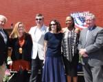 費城市長Jim Kenney(右3), 費城壁畫藝術項目執行主任Jane Golden(右5)、費城市屬歡迎美國慶祝活動公司總裁兼首席執行官Jeff Guaracino(左4)、費城時尚雜誌總編Kristin Detterline(右1)、壁畫家Meg Saligman(左3)、及有關嘉賓出席了儀式。(司瑞/大紀元)