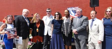 费城市长Jim Kenney(右3), 费城壁画艺术项目执行主任Jane Golden(右5)、费城市属欢迎美国庆祝活动公司总裁兼首席执行官Jeff Guaracino(左4)、费城时尚杂志总编Kristin Detterline(右1)、壁画家Meg Saligman(左3)、及有关嘉宾出席了仪式。(司瑞/大纪元)