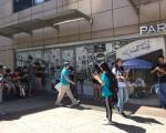 飞跃皇后购物中心是口袋妖怪(Pokemon Go)集中地,引发年轻人三五成群刷手机抓精灵。 (林丹/大纪元)
